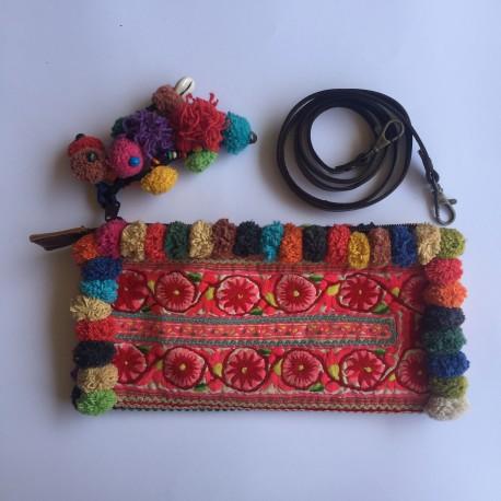 Nana and Jules boho chic Bolso o bandolera, étnico tribal, con tela antigua multicolor y pompones.