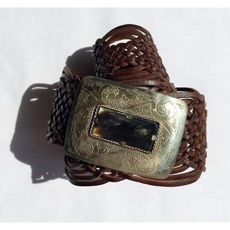 Nana and Jules boho chic Cinturón hecho a mano, hebilla rectangular en plata con incrustasiones de cuerno, correa de piel trenzada color  marrón