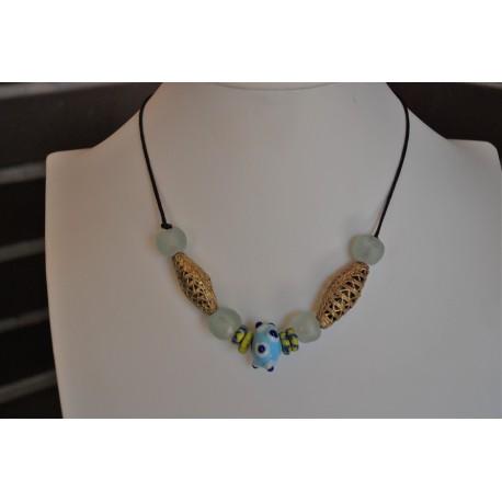 Nana and Jules boho chic Collar gargantilla azul, celeste y lima de piezas africanas, dorado con cristales color hielo.